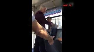 БАБКА избила и ПРОГНАЛА ПАРНЯ с места в автобусе.