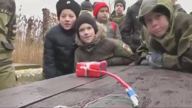 Это сюжет Немецкой газеты Frankfurter Allgemeine Zeitung о том, как Российские оккупанты учат Крымских детей закладывать мины, устанавливать растяжки и обращаться с оружием. Из детей делают боевиков, готовят террористов.