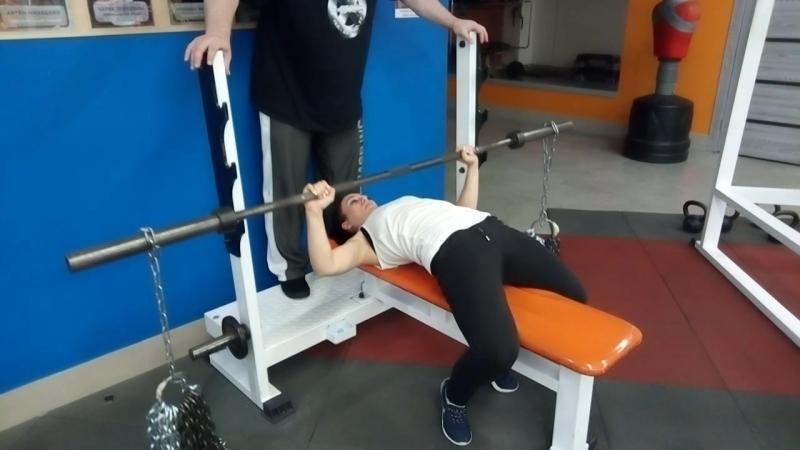 Жим с цепями в Х-ПРАЙДЕ. Вес спортсмена 50кг. вес на штанге 40 кг.