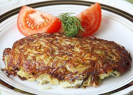 куриная грудка в картофельной шубке нам потребуется: куриная грудка на кости – 1 шт., картофель – 1 кг, яйцо куриное – 2 шт., зелень укропа – 1 пучок, масло растительное, специи. куриную грудку отделить от костей. с каждого большого куриного филе
