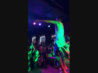 Тони Раут прыгает в толпу в Екатеринбурге 😱