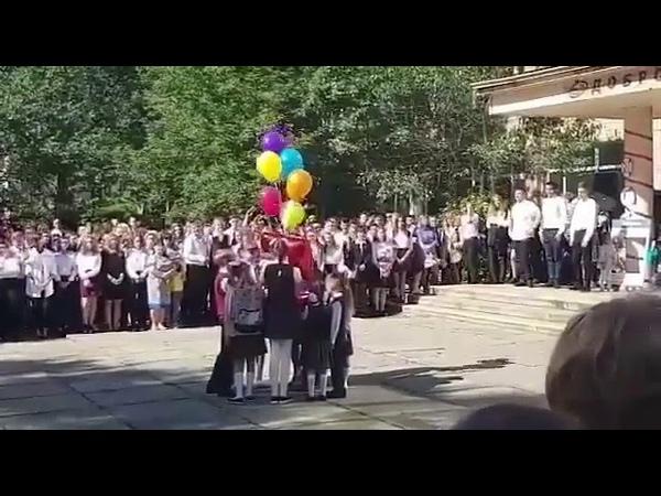 Школьники запустили воздушный шар в форме пятерки, но в небо улетела двойка.