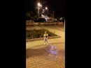 смотрит как запускают светлячков в небо