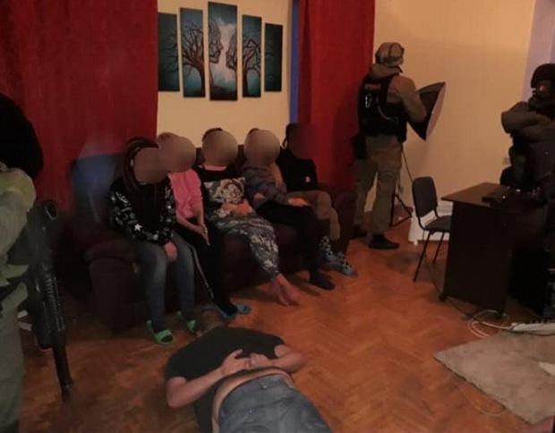 В Киеве спецназ накрыл порностудию, взяли 13 актрис — фото