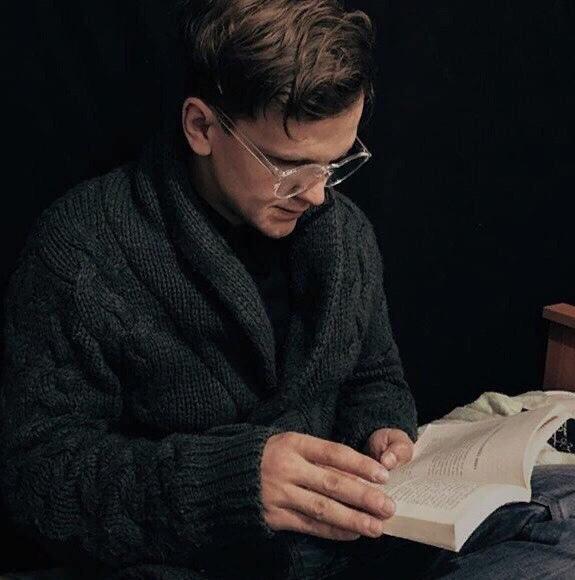 Лайфхаки для чтения от Дмитрия Ларина: 1. Научится быстро распознавать графемы. Для этого нужно взять текст, перевернуть к верху ногами и читать справа налево, снизу вверх. Этот трюк позволяет