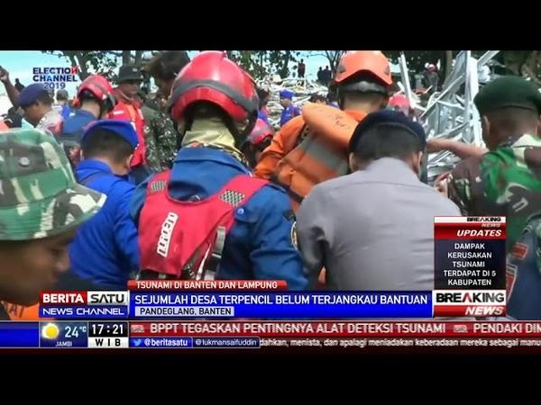 Petugas Evakuasi Korban Tsunami di Reruntuhan Vila Pantai Carita