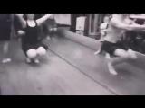 Таитянки грациозно танцуют на корточках