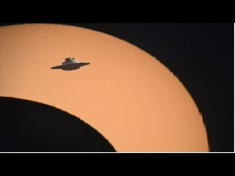 Giant cízi UFO natočený v celkovém zatížení slunečním zářením ze slunce nad svazkem Yellowstone. Nibiru?