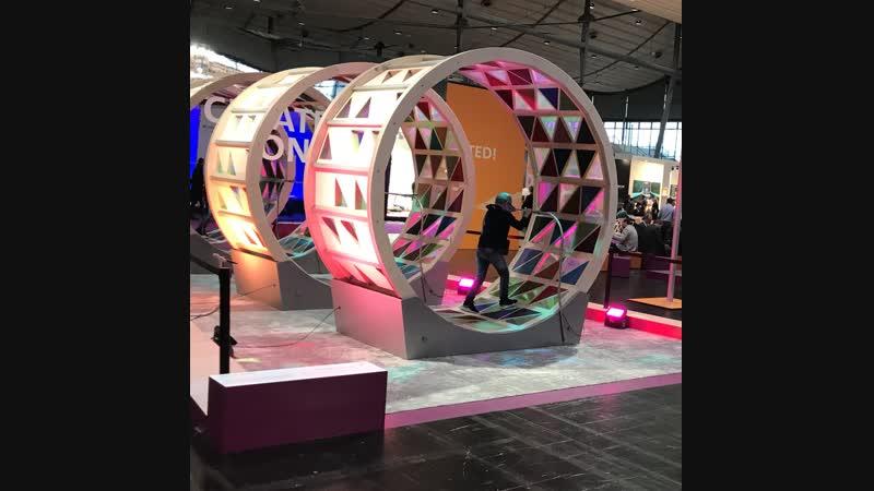 Фишки, идеи, инсталляции. Connectivity wheel: тут можно почувствовать себя белкой в колесе. Когда бежишь, колеса с рефлекторами
