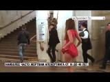 Красивая студентка на людях в метро поднимает короткое платье и показывает черные трусики