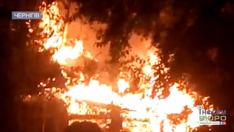 У Чернігові невідомий підпалив уночі будинок