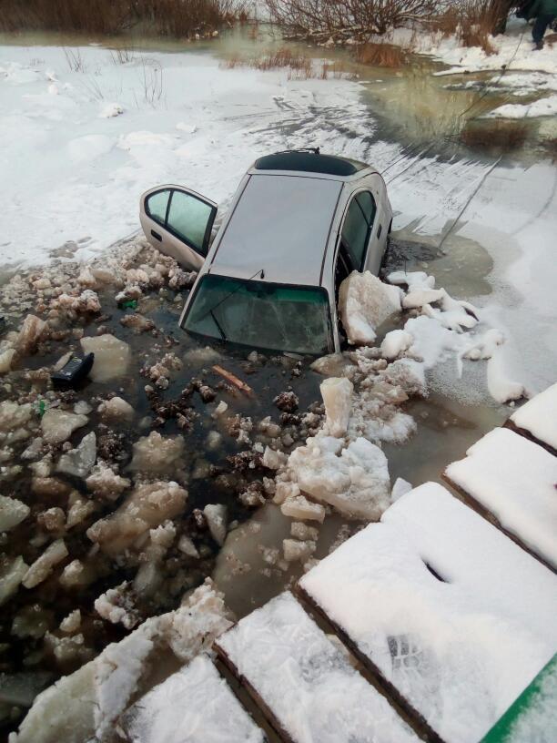 С недавно открытого моста в Житковичском районе упала машина с девушкой-водителем