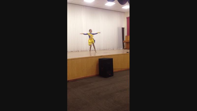 Поля в школе танцует