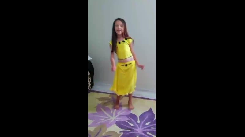 Küçük kızın harika dansı