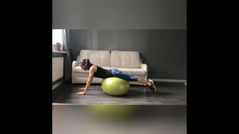 Упражнения для спины на фитболе для мам
