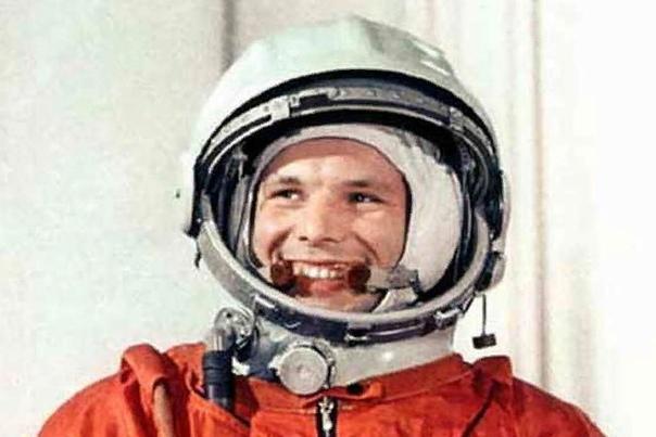 Юрий Гагарин Юрий Гагарин советский летчик, биографию которого каждый знает еще со школы. Гагарин - человек, совершивший первый полет в космос. Летчик-космонавт стал образцом и легендой не