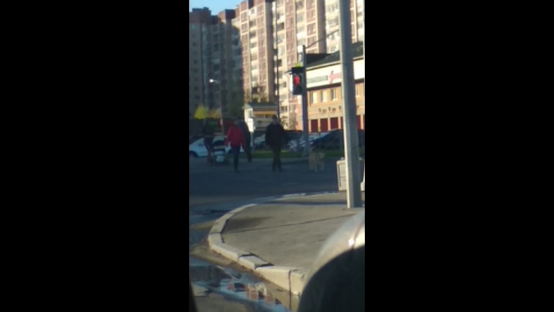 Типичный городской сумасшедший 🤦Чувак на роликах с лыжными палками ездит по проезжей части и на красный свет😂🤣😅