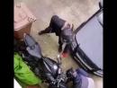 Отпугивает грабителей от своего мотоцикла, но не спасает стекла (vk.comfixter)
