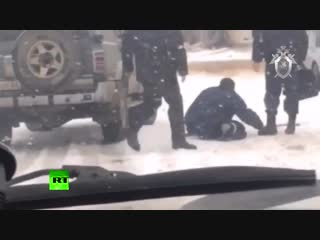 На Алтае мужчины в полицейской форме избили человека на костылях