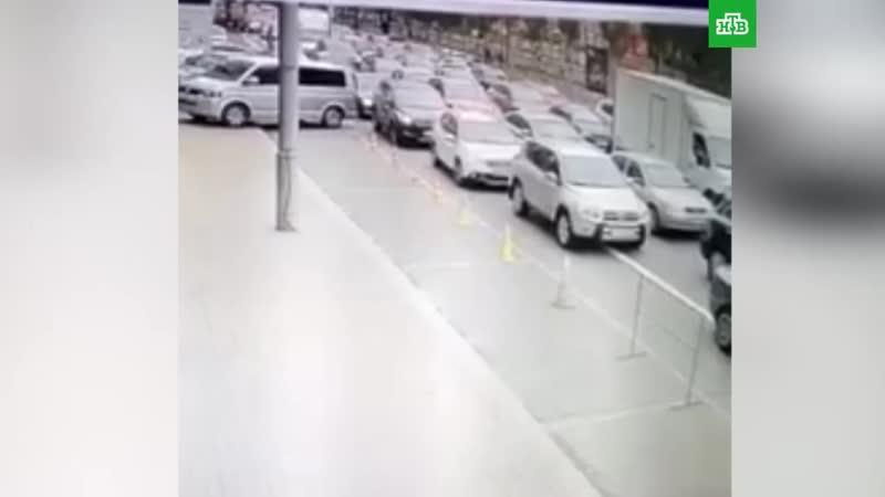 Автокран без тормозов снес 18машин вцентре Киева