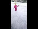 дочурка катается на коньках