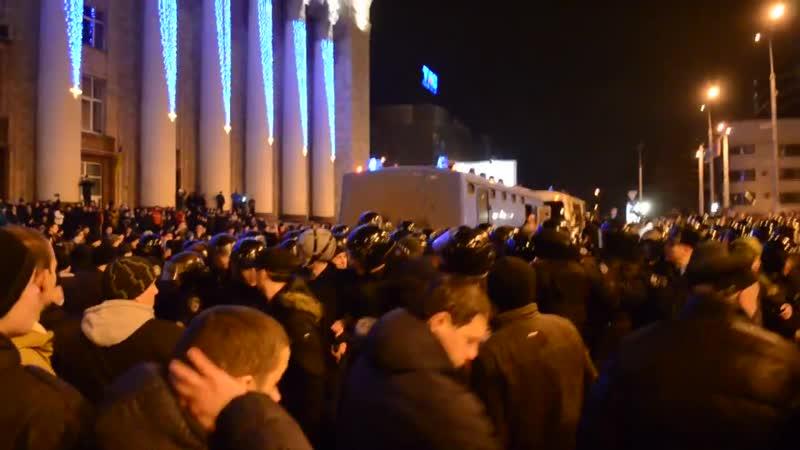 Донецк 5 марта 2014 Столкновения С заезжими майдановцами возле здания Минуглепрома
