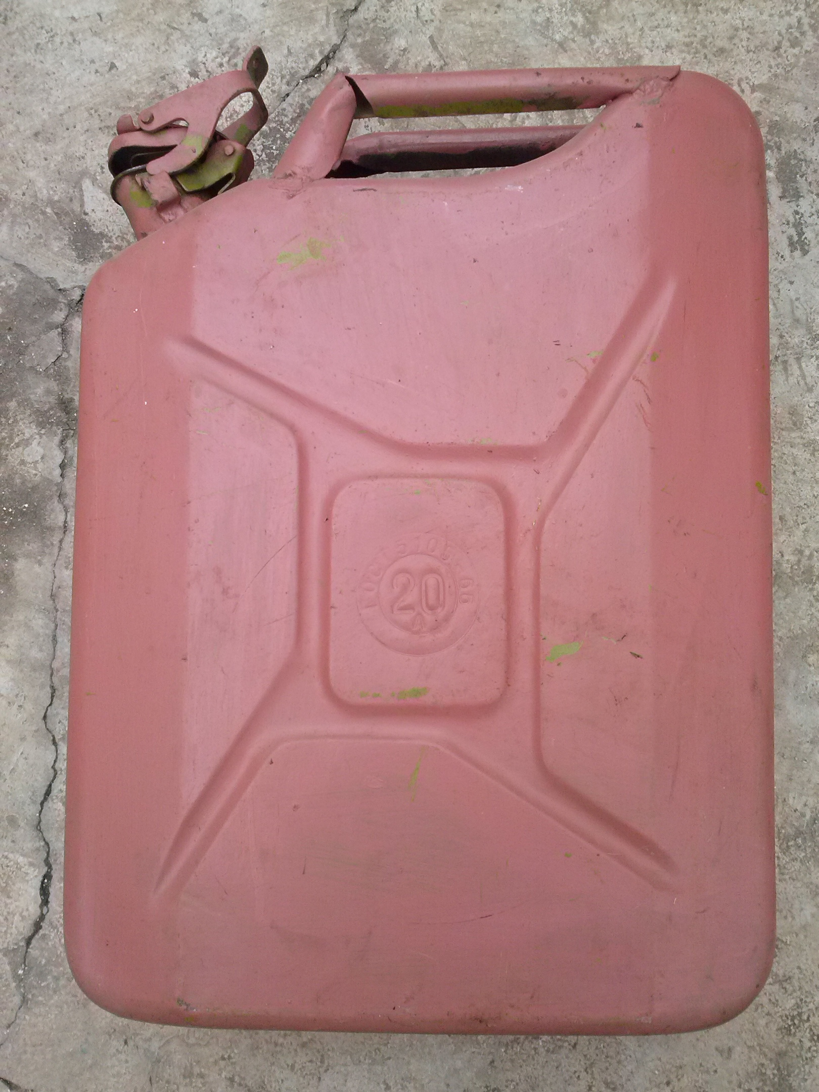 Продаются тески, горелка,подставка для уличного зонта и канистры под бензин и другое.