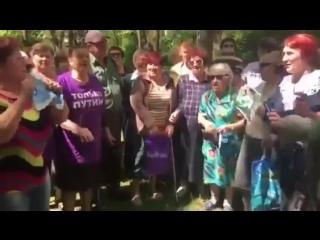 Бабушки сожгли портрет Дурова