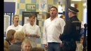 Opera singers sing for schoolchildren at lunch!