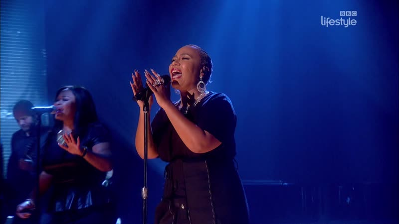 Emeli Sandé - Breathing Underwater (The Graham Norton Show 20-09 - 2016-12-02)