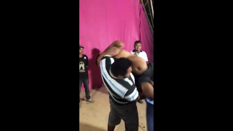 O circo do Babalu lançou um desafio da pessoa que conseguir colocar o anão n...