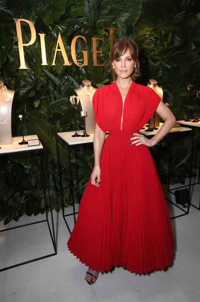 Кейт Бэкинсейл в красном
