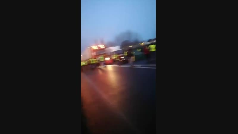 Blocage des camions pour le ferry... 4 voies de Ouisthream 09 02 19.mp4