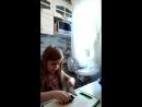 Для практики Аня режет огурец