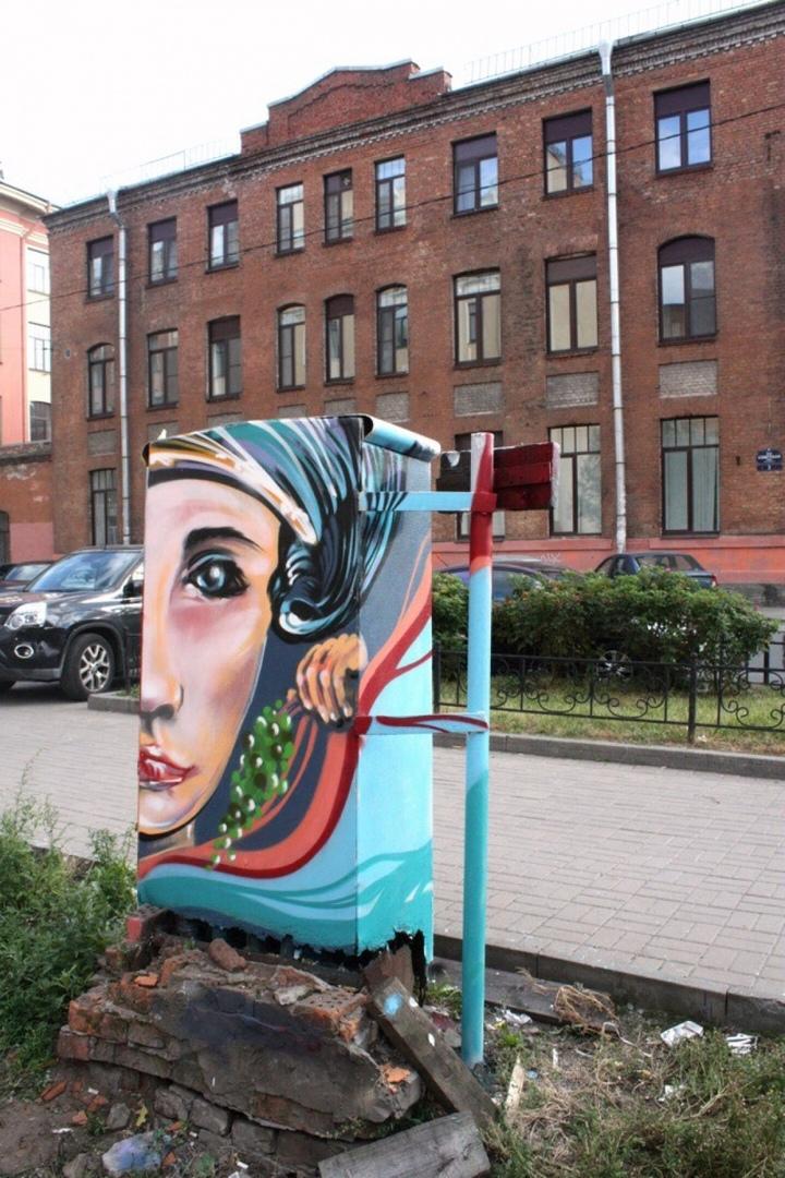 Девушка с виноградом заняла место рекламы в центре Санкт-Петербурга