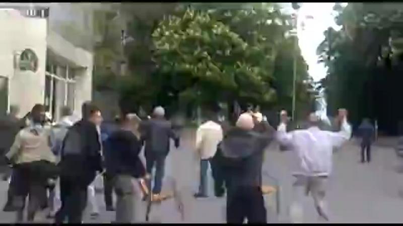момент убийства в Мариуполе 9 мая 14года. 2.3 слева в углу на коленях