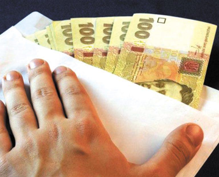В Николаеве двух налоговиков словили на взятке и отстранили от должности
