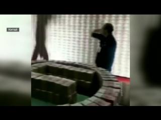 Великая стена из денег: у китайского чиновника изъяли больше 100 миллиардов юаней