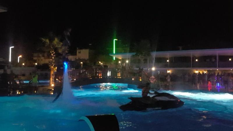 После пенной вечеринки, было шоу на флайборде прямо в бассейне!🌊☝️😁 Ну, очееень крутое зрелище👍😀 хотя после этого представлени