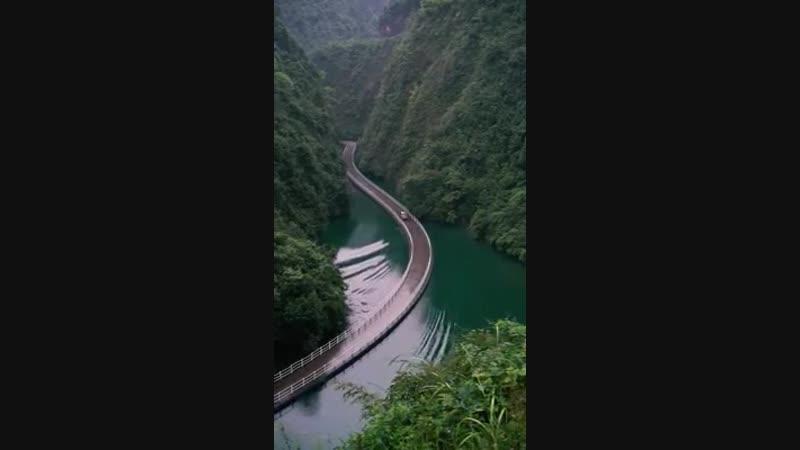 Дорога по воде в горах Китая