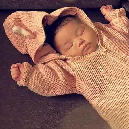 Кайли Дженнер опубликовала нежное фото спящей дочери Сторми