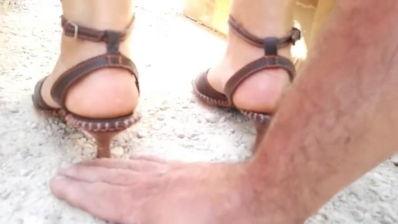 Hand trample brown sandals