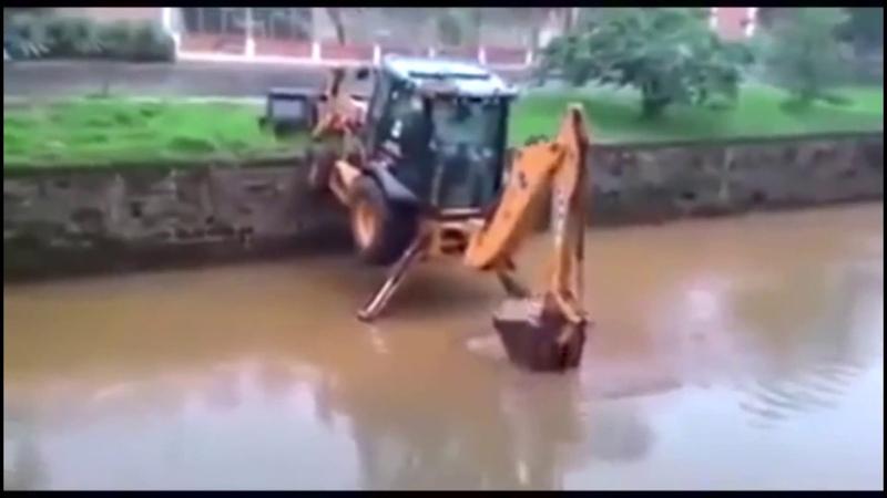 Трактор спустился в речку. Мастерство управления трактором