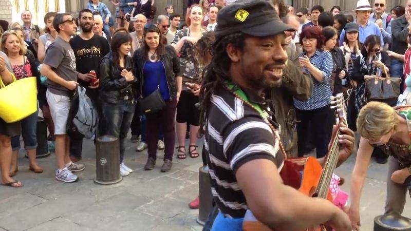 Барселона, уличный музыкант заразил всех бешеным позитивом.Отрыв на улице.