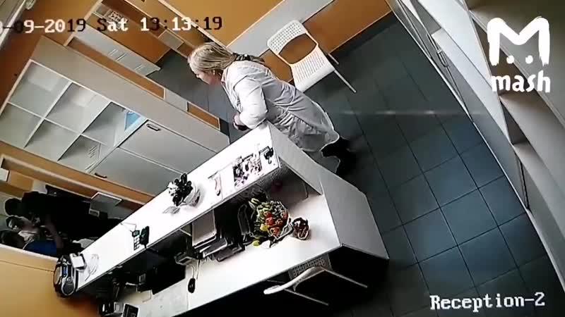 Москвич избил директора медклиники из-за...в туалет (1080p).mp4