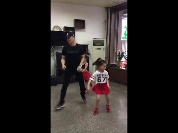 Трио, папа танцует с дочками