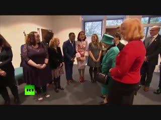 Елизавета II испугала ребенка