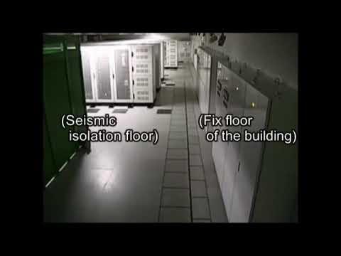 Серверная комната с сейсмоизоляционным полом в результате стихийного бедствия в Восточной Японии.