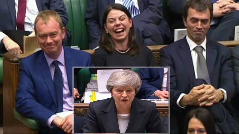 Risate e urla per Theresa May alla Camera