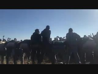 Несколько сотен человек исполнили гимн Грузии у линии оккупации, около 20 человек выстроились в шеренгу и показали голые задницы